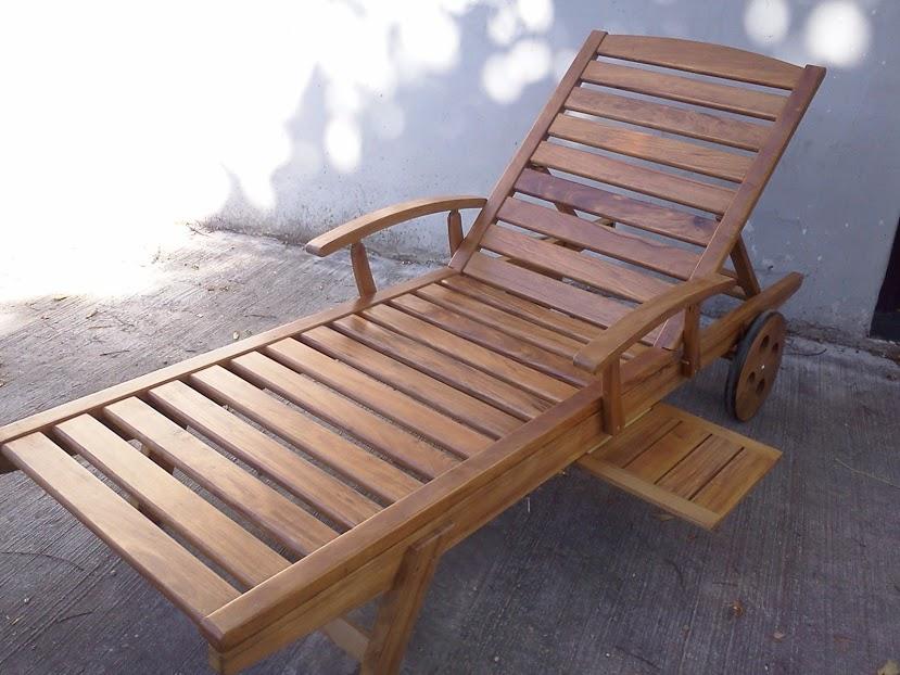 Reposera de madera con bandeja for Reposeras para terrazas